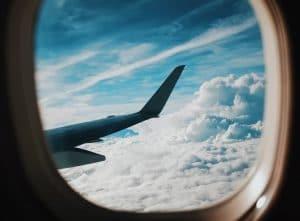 Hublot avion avec nuages